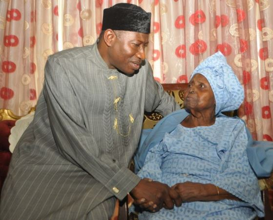 PHOTOS: President Goodluck Jonathan pays Condolence Visit H.I.D Awolowo.