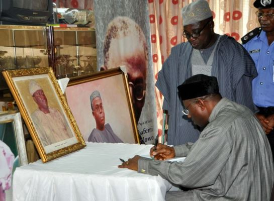 The President signing the condolence register.